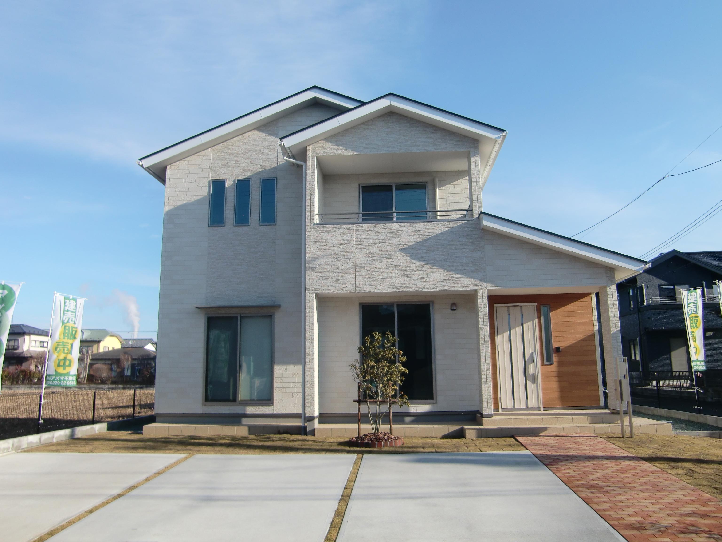 白い外壁と切妻屋根が特徴の外観