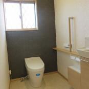 バリアフリーに対応した     広めのトイレ