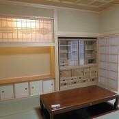 居間には飾り棚を設け照明部分には飾り障子を組込みました