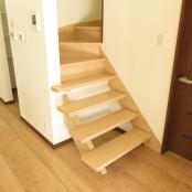 セミオープンに造られた     リビング階段