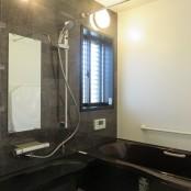 ダークカラーを基調とした浴室
