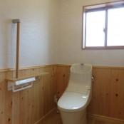 ゆったりとしたトイレの内装も     木目調としました