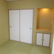 リビングから続く、縁なし畳を   敷いた和室